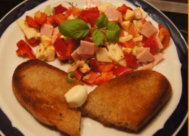 Geröstetes Knoblauchbrot mit gemischten Salat - Rezept