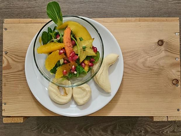 Kleiner Salat mit frischen Früchten, dazu Pan de Queso - Rezept