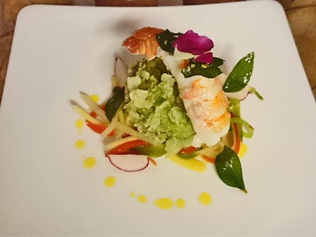 Langustinenpraline in grünem Reis gebacken auf Salat von grüner Papaya und Mango - Rezept