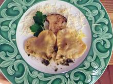 Hausgemachte Ravioli mit Steinpilz-Ricotta-Füllung in Salbeibutter - Rezept