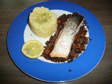 Lachs auf einem Bett von Belugalinsen begleitet mit Kartoffelstampf. Dessert. - Rezept