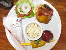 American Burger mit getrüffelten Mac and Cheese, Potato Wedges und Maiskolben - Rezept