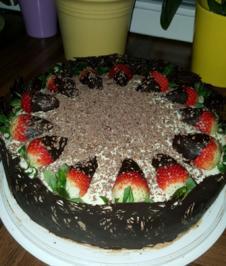 Schoko-Torte mit heller und dunkler Schoko-Creme mit Erdbeeren und dunklem Schokorand - Rezept