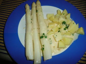Spargel weiß mit heller Soße und Kartoffeln. - Rezept