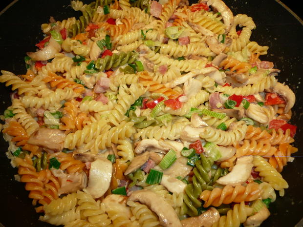 Fusilli Tricolore mit Champignons, Sahne, Paprika, Frühlingslauch. - Rezept - Bild Nr. 4
