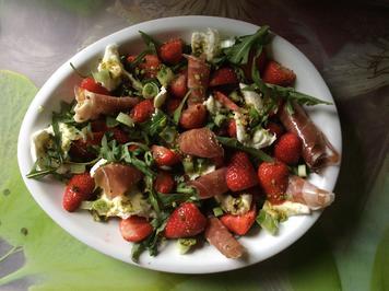 Rezept: Erdbeer-Rucolasalat mit Mozzarella und Parmaschinken