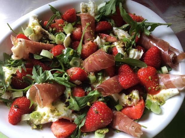 Erdbeer-Rucolasalat mit Mozzarella und Parmaschinken - Rezept - Bild Nr. 3