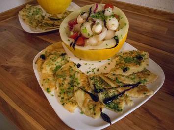 Schnittlauchpfannkuchen mit Tomate-Mozzarella-Salat in Honigmelone - Rezept