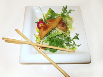 Birne im Bergkäse-Weinteig auf Wildkräuter-Blattsalat mit Walnussdressing - Rezept