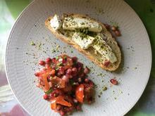Tomaten-Granatapfel-Salat mit geröstetem Brot und Schafskäse - Rezept
