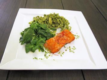 Auf Zedernbrett gegrillter Lachs an frischen Bandnudeln und Salat - Rezept