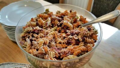 Bunter Nudelsalat mit Cranberries und Thunfisch - Rezept