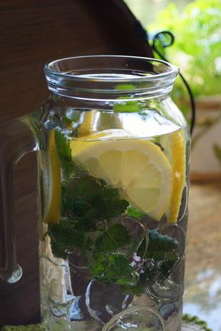 Getränk: Erfrischendes Zitronen-Wasser - Rezept