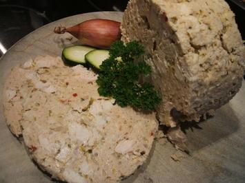 Wurst: Hähnchenbrustrolle mit Zucchini und Zwiebeln - Rezept