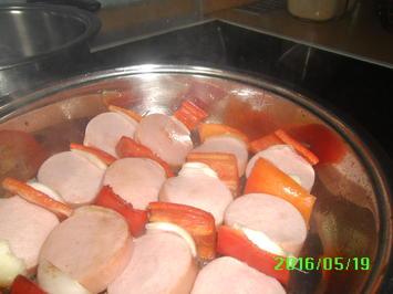 Fleischwurst-Spieß mit Makkaroni und Rotebeete-Salat - Rezept