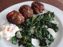Paprika-Cevapcici auf Knoblauch-Spinat und Feta-Joghurt - Rezept