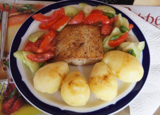 Pazifik Wildlachsfilet Mit Pellkartoffeln Und Tomaten Gurken Salat
