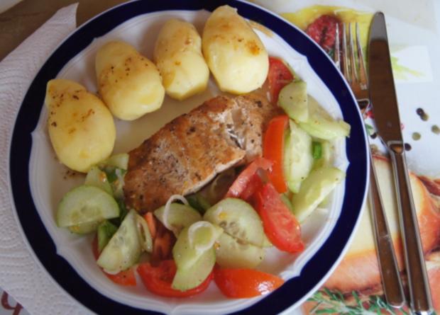 Pazifik Wildlachsfilet mit Pellkartoffeln und Tomaten-Gurken-Salat - Rezept - Bild Nr. 11