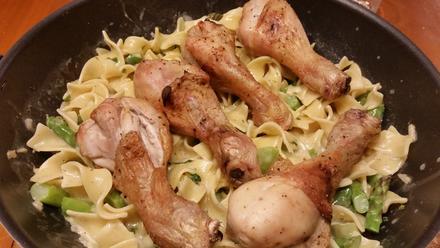 Hühnchen auf Nudeln mit Basilikum-Soße - Rezept