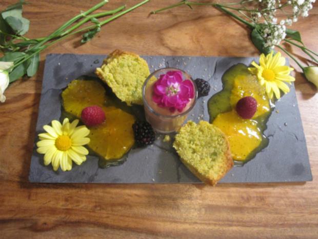 Pistazienküchlein, Nougat-Mousse und Orangen-Maracuja-Kompott mit Honigkaviar - Rezept