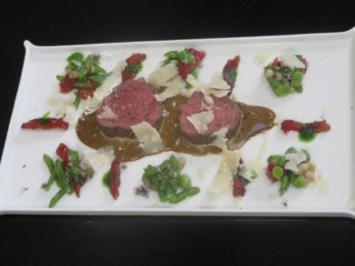 In Olivensud pochiertes Ochsenfilet mit Olivenvinaigrette an Salat von Tomaten - Rezept