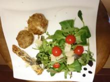Mit Büffelmozzarella gefüllte Fleischbällchen auf einem Salatbett der Saison - Rezept