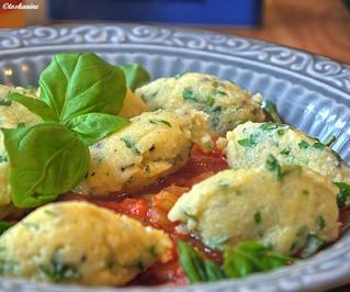 Petersiliennocken mit Tomatensauce - Rezept