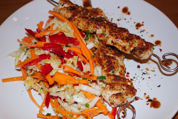 Chinakohlsalat mit Putenspießen - Rezept