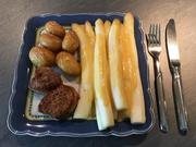 Marinierter Spargel mit Orangen-Hollandaise, Schweinemedaillons und Runzelkartoffeln - Rezept