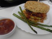 """""""Ramen-Burger"""" mit Teriyaki-Chicken und Süß-Sauer-Soße - Rezept"""