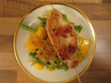 Mango-grüner Spargel–Salat mit Saté-Spieß und gebackenen Reisnudeln - Rezept
