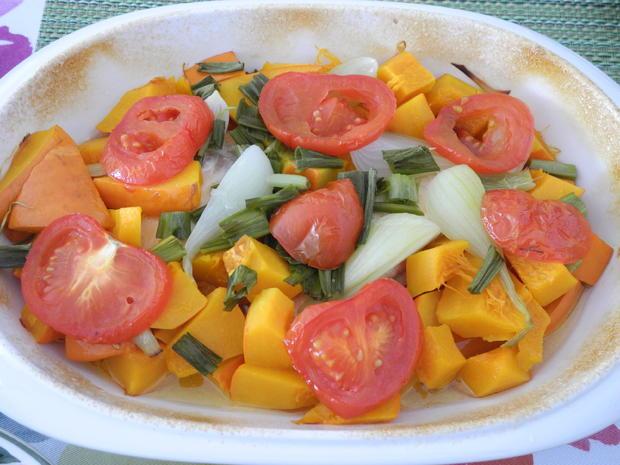 Gedünsteter Kürbis mit Frühlingszwiebeln und Tomate - Rezept