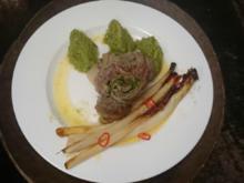 Roastbeef-Involtini mit Pestofüllung, ofengegarter Spargel und Kräuter-Polenta-Nocken - Rezept