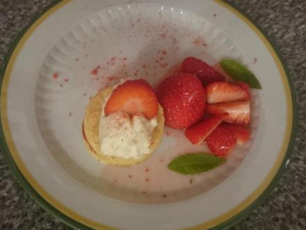 Biskuit-Kuchen mit Erdbeervariation und geminzter Sahne - Rezept