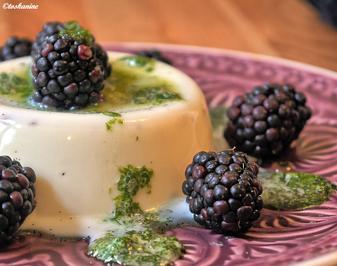 Rezept: Panna Cotta mit Basilikumsauce und frischen Beeren