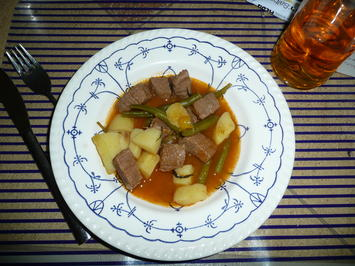 Rezept: Eintopf : Rindergulasch - Buschbohnen + Kartoffeln.