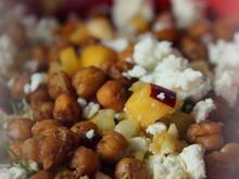 Salat: Blumenkohl-Tabouleh mit Pfirsichen und knusprigen Kichererbsen - Rezept