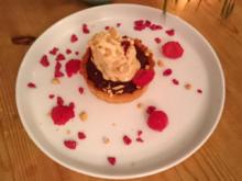 Peanut- Butter-Jelly-Tarte mit Erdnusseis und Himbeere - Rezept