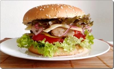 Rezept: Mega Burger mit Bratwurstschnecke und…