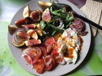 Feigen-Tomaten-Salat mit Rucola, Salami und Büffelmozzarella - Rezept