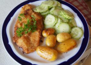 Wiener Schnitzel vom Schwein mit Mini-Rosmarinkartoffeln und Gurkensalat - Rezept - Bild Nr. 259