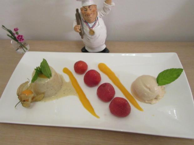Panna Cotta von der Tahitivanille an frischen, marinierten Erdbeeren und Rhabarbereis - Rezept