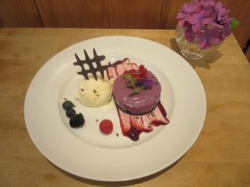 Blaubeer-Cheesecake mit Joghurt-Eis auf Fruchtspiegel - Rezept
