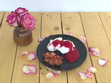 Weißes Mousse mit Honig-Nektarinen und Fruchtsoße - Rezept