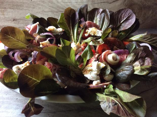 Roter Feldsalat mit Feigen,  Ziegenfrischkäse und Parmaschinken - Rezept - Bild Nr. 357