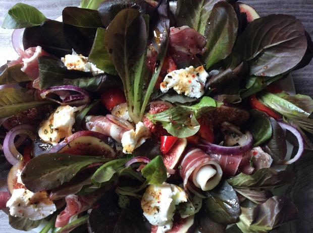 Roter Feldsalat mit Feigen,  Ziegenfrischkäse und Parmaschinken - Rezept - Bild Nr. 358