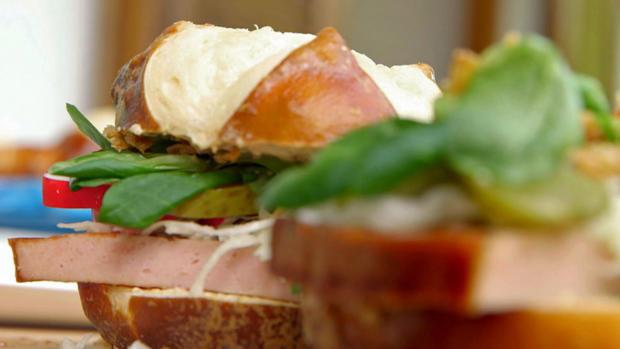Wiesn-Snacks: Leberkäs-Stange und Wiesn-Burger - Rezept