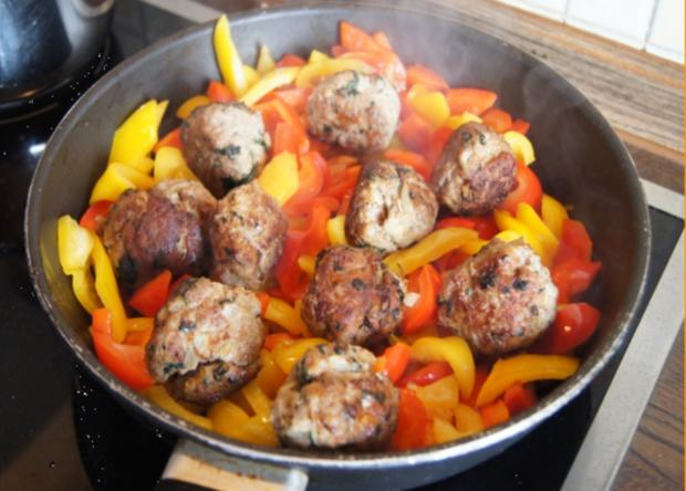 Hackfleisch-Bällchen in Paprika-Tomatengemüse mit Basmati-Mandelreis - Rezept - Bild Nr. 540