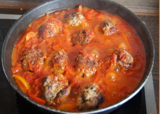 Hackfleisch-Bällchen in Paprika-Tomatengemüse mit Basmati-Mandelreis - Rezept - Bild Nr. 542