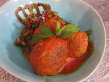 Orientalische Lamm- und Rinderbällchen in Tomatensud an Paprika-Minz-Salat - Rezept